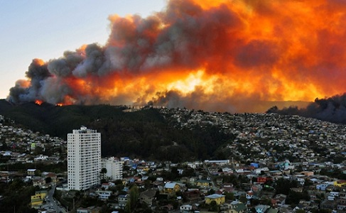 TOPSHOTS View of houses in flames during a fire in Valparaiso